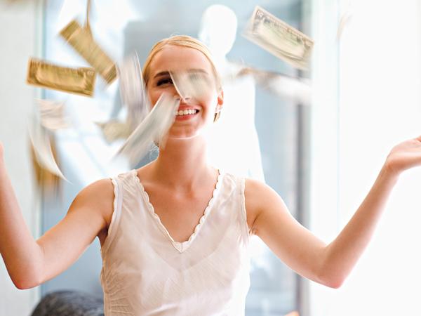 pénzt dobáló nő