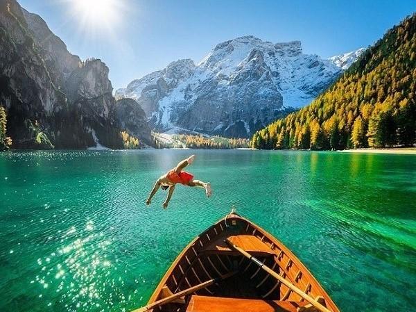 chrisburkard éppen fejest ugrik az olaszországi Braies-tóba.