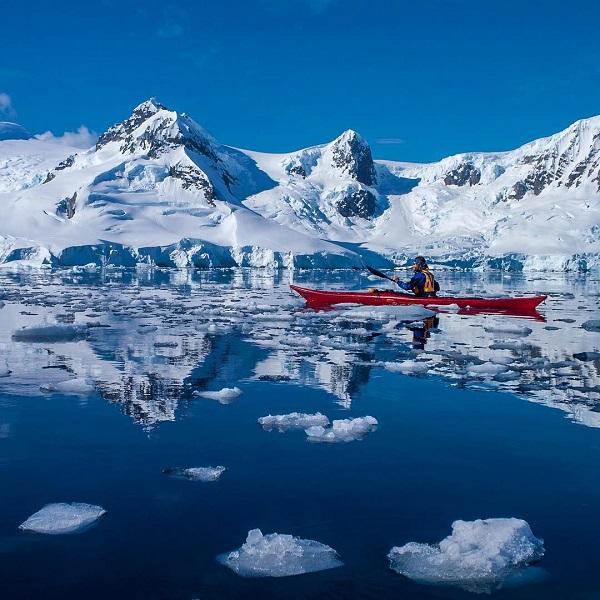 theplanetd az Antarktiszon, a Paradise öbölben evezett.