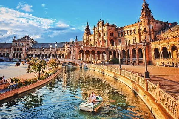 youngadventuress Spanyolországba, Seville-ba utazott.