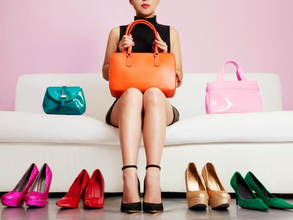 nő-kanapé-cipők