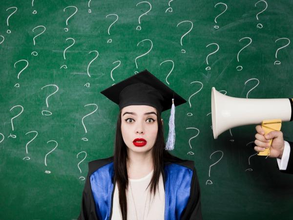 nő-tábla-kérdőjelek