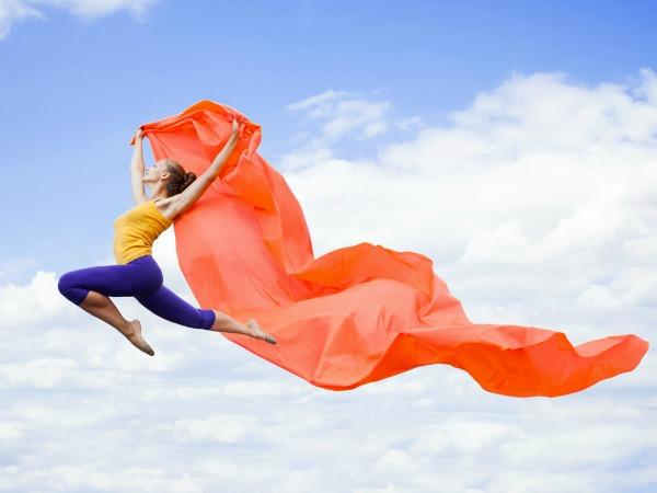 nő-ugrik-a-levegőben