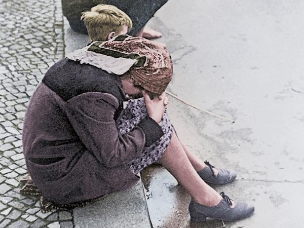 Berlin, Mai 1945. 2. Weltkrieg / Kriegsende. Flüchtlinge und Heimkehrer in den Straßen Berlins. Foto. Digitale Kolorierung.