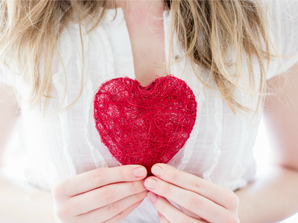 nő-szív-tart