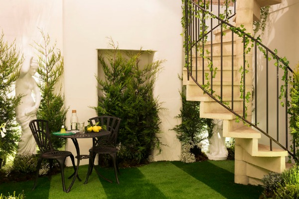 Airbnb-helps-combat-winter-blues-with-magical-green-wonderland-in-London-5889bde2e6ac5__880