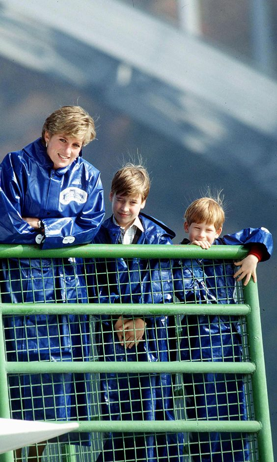 CANADA - OCTOBER 26: Princess Diana With Prince William And Prince Harry In Waterproof Capes On The Maid Of The Most Boat To See Niagra Falls (Photo by Tim Graham/Getty Images)
