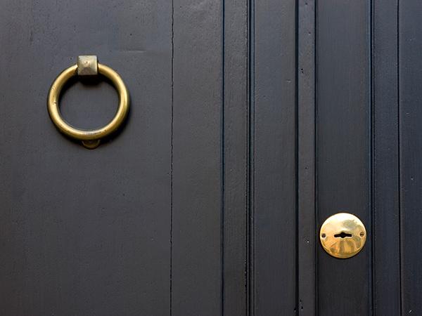 fekete-ajtó