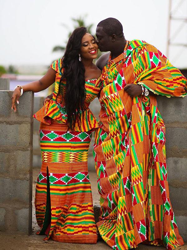 Ghánában a menyasszony és a vőlegény is a lehető legszínesebb ruhába bújik az esküvője napján, de öltözéküket úgy választják meg, hogy azok harmonizáljanak egymással.