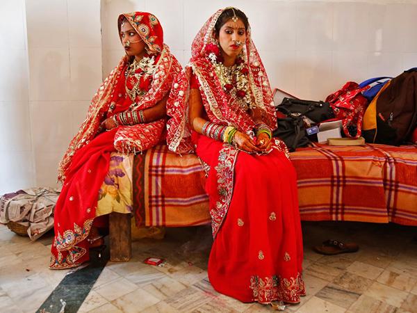 Vörös szárit és úgynevezett lehengát – ez egy szoknyaszerű viselet – öltenek az indiai arák, mindezt pedig rengeteg karkötővel, bokalánccal, illetve fülbilinccsel egészítik ki – utóbbit az orruknál rögzítik.