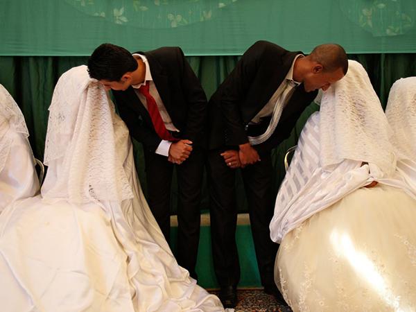 Jordániában az arák hagyományos fehér ruhát választanak, amit arany vagy ezüst ékszerekkel egészítenek ki. Sőt, gyakran előfordul, hogy zöld selyemmel díszítik a fejüket, ugyanis a szín a gyarapodás, a harmónia és a biztonság árnyalata a kultúrájukban.