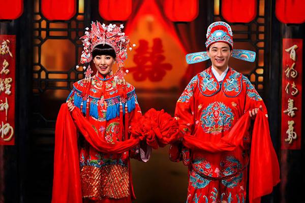 Kínában úgy tartják, hogy a vörös szín távol tartja a rossz szellemeket, illetve szerencsét hoz, ezért a tradicionális menyegzői öltözet szinte mindig piros.
