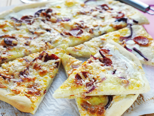 kolbászos-lila-hagymás-sajtos-pizza