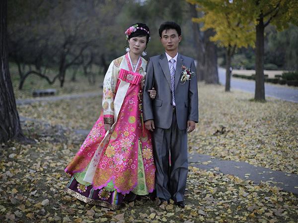 Koreában évezredek óta úgynevezett hambokot öltenek a menyasszonyok, mely magában foglal egy hosszú ujjú kabátot, illetve egy magas derekú szoknyát, ami fehér pamutból vagy selyemből készül.