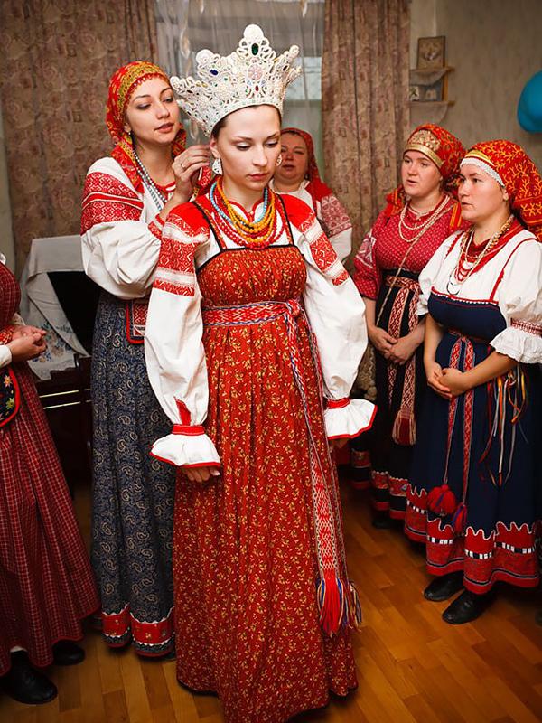 Oroszországban 185 különböző etnikai csoport él, és mindegyiknek megvan a saját esküvői népviselete, ugyanakkor elmondható, hogy a ruhák mindig szépen díszítettek és gyakran fejdísz is tartozik hozzájuk.
