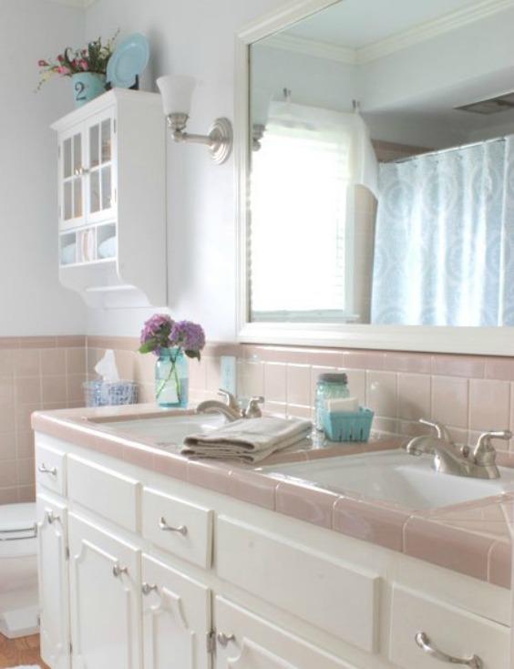 A púder színek ma is nagyon népszerűek, egy ilyen fürdőszobát mi is szívesen elfogadnánk.
