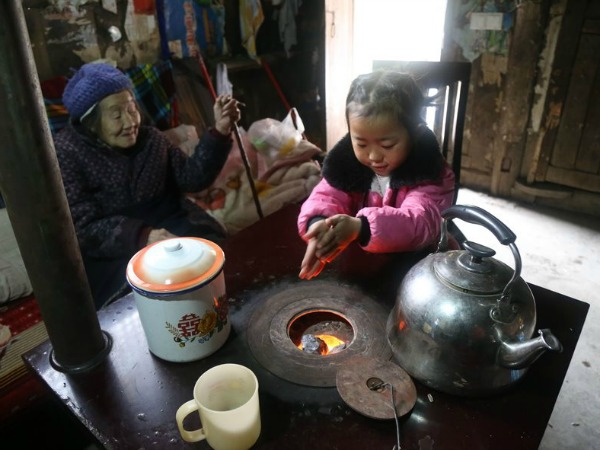 5-year-old-girl-takes-care-grandma-anna-01