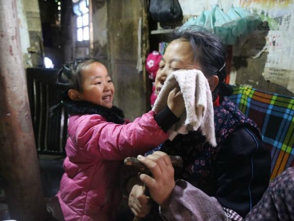 5-year-old-girl-takes-care-grandma-anna-018