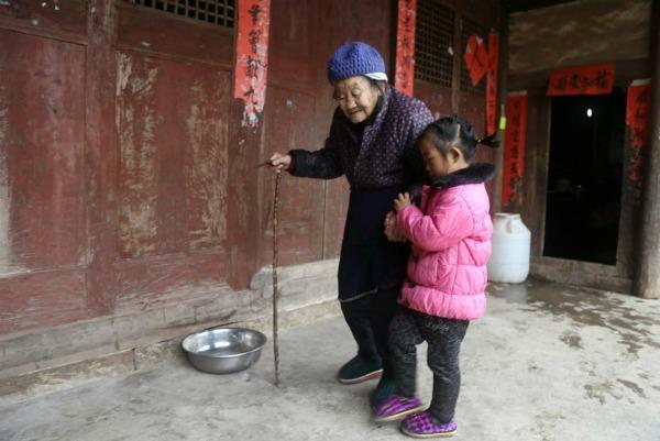 5-year-old-girl-takes-care-grandma-anna-019