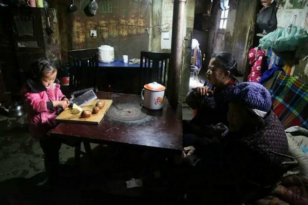 5-year-old-girl-takes-care-grandma-anna-02