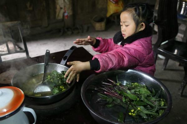 5-year-old-girl-takes-care-grandma-anna-022