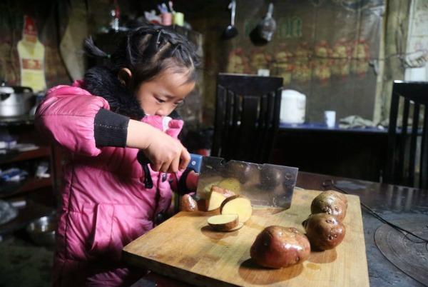 5-year-old-girl-takes-care-grandma-anna-025