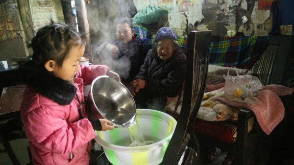 5-year-old-girl-takes-care-grandma-anna-04