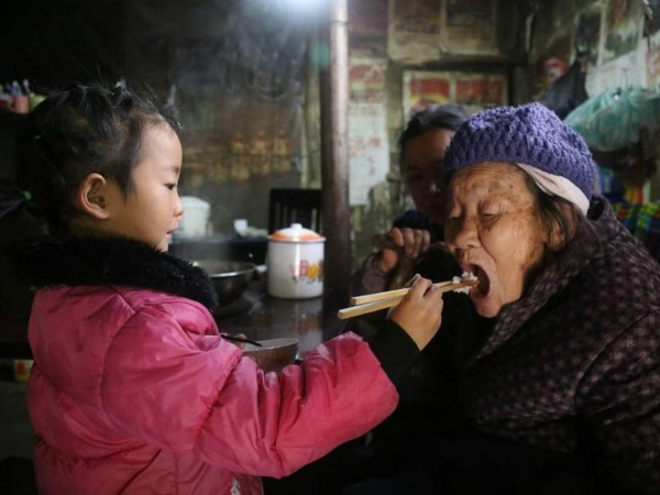 5-year-old-girl-takes-care-grandma-anna-05
