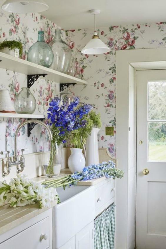 gallery-1484957497-grandma-decor-floral-wallpaper-sims-hilditch