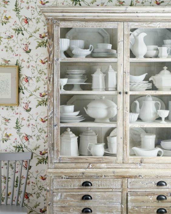 Az üvegajtós kredencekben elfér a nagyi gyönyörű porcelánja is!