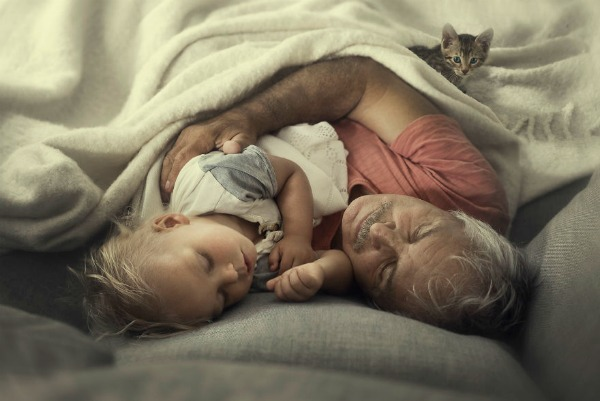 Immigrant-Mother-Takes-Heartwarming-Pictures-Of-Her-Children-And-Grandparents-As-They-See-Each-Other-Just-Once-A-Year-58ccafe6a2