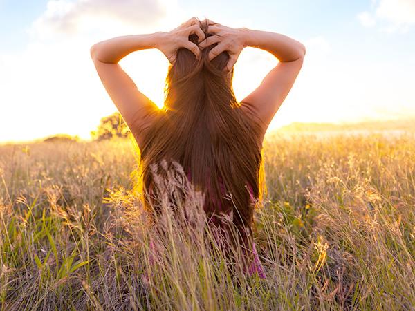 nő-naplemente-rét