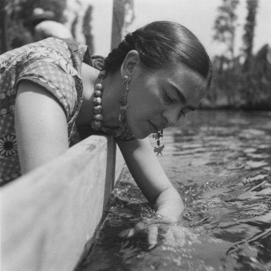 frida-kahlo-by-fritz-henle-xochimilco-mexiko-1937