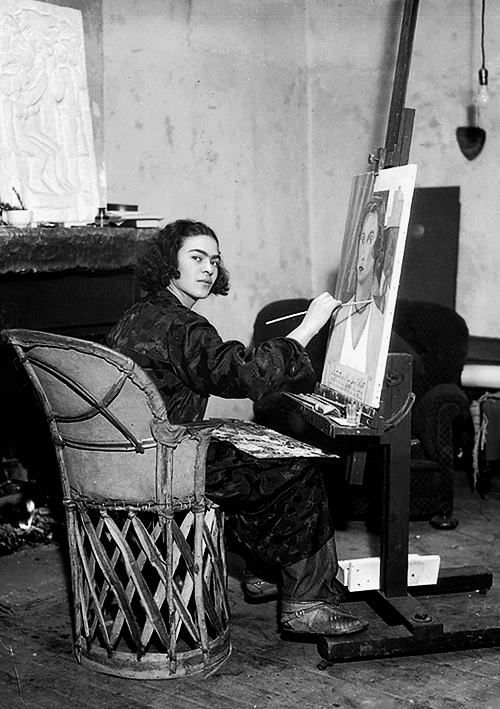 frida-kahlo-in-her-studio-at-home-in-coyoacan-mexiko-1931